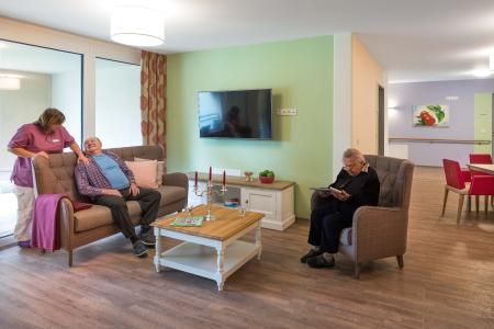 TV-und Leseecke: Die Farbwelt Rosengarten ist durch Rosarot und Grün geprägt. (Akzentwände: 3D Pinie 85, 3D Lavendel 110) (Foto: Caparol Farben Lacke Bautenschutz/Martin Duckek)