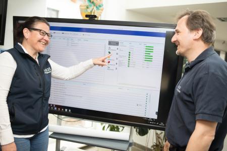 Beate Volkmann ist als Vorstand auch für Kundenbetreuung verantwortlich und lässt sich vom Software-Entwickler Jens-Uwe Wirth die automatisierte Disposition erklären.
