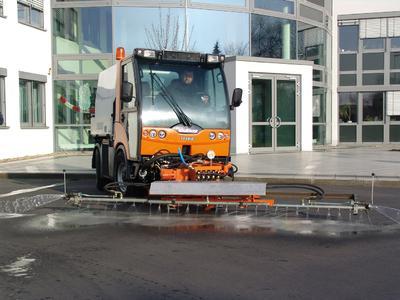 Anpassungsfähig: Der Multicar TREMO Carrier S mit Reinex-Hochdruckschwemmanlage macht sich auf Gehwegen gerne klein oder, wo möglich, auch  gerne groß.