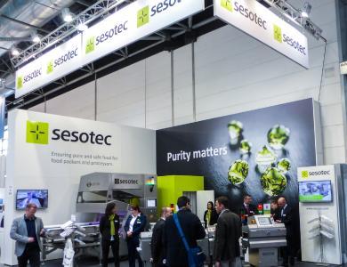 Sesotec zeigte auf dem interpack-Messestand INTUITY Metalldetektoren, RAYCON Röntgenscanner und ein CAPTURA FLOW Lebensmittelsortiergerät