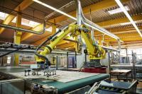 BU 3: Der Roboter greift die Bauteile, führt sie einer Etikettierstation zu und legt sie anschließend an einer vorgegebenen Ablegeposition ab.