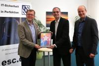 Übergabe des neuen Partnerstatus (vl. Bernd Sebode, Head of Channel Germany, Check Point; Gerhard Oppenhorst, Geschäftsführer ESC, René Stolzenburg, Vertriebsleiter und Geschäftsführer ESC)