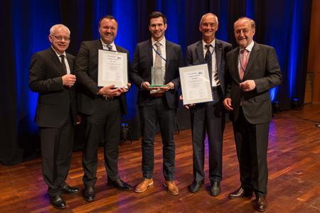 Julius Krahl (Mitte), Projektverantwortlicher für G-Com bei der BLG und Enrico Freitag (2.v.r.), Director im Bereich Vetrieb, IT und Technik bei der BLG Handelslogistik, nahmen zusammen mit Christoph Kuntz (2.v.l.), Director Sales bei GRENZEBACH, den elogistics award von Staatssekretär Jügen Barke (l.) und Prof. Dr. Klaus-J. Schmidt (r.) entgegen (Foto:©Carsten Simon)