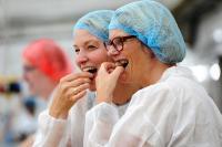 Süße Kostprobe gefällig? Bundesbildungsministern Anja Karliczek (rechts) und die Westerkappelner Bürgermeisterin Annette Große-Heitmeyer ließen es sich nicht nehmen, die Qualitätssicherung vor Ort zu unterstützen. Foto: Confiserie Rabbel GmbH