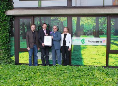 Dieter Brübach (2. v. r.) überreichte die Mitgliedschaftsurkunde an die Vertreter des Piepenbrock Arbeitskreises Nachhaltigkeit. © Piepenbrock