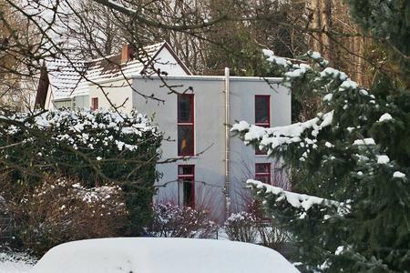 Idyllische Lage: Der Wohn-Kubus im Bad Honnefer Mühlenpfad wird umringt von Büschen und Bäumen. (Foto: Achim Zielke für INTHERMO)