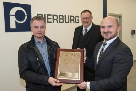 Christian Fücker, Ford Supplier Technical Assistant Engineer, Harald Herzmann von der Pierburg Kundenbetreuung und Dr. Jochen Luft, Werkleiter des Pierburg Werks Niederrhein mit der Plakette des Q1 Awards.