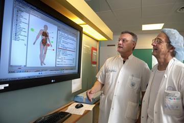 Dr. Hardy Christoffersen, Chefarzt der chirurgischen Ambulanz am dänischen Thy-Mors Spital (rechts im Bild) mit einem Kollegen beim Testen der im Spital implementierten IBM-Technologie.