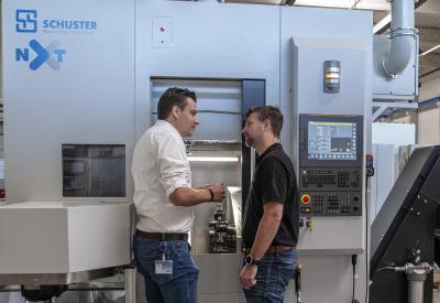 Erfolgreiches Werkzeugkonzept für die Schuster nxt. Steffen Baur, Leiter Technical Management bei CERATIZIT (li.) und Matthis Rühle, Head of Sales bei der Schuster Maschinenbau GmbH, sprechen über die eingesetzten Werkzeuglösungen