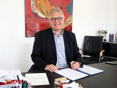 Regionspräsident Hauke Jagau unterzeichnet die Charta der Vielfalt. Foto: Region Hannover / Westphal