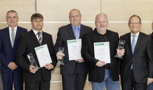 Norbert Indlekofer, Vorstand Automotive (links), und Prof. Dr. Peter Pleus, Vorstand Automotive (rechts) gratulierten den drei kreativsten Köpfen des Jahres 2014: Juraj Kirn, Markus Dittmann und Wolfgang Schindler (Mitte, v.l.n.r.).