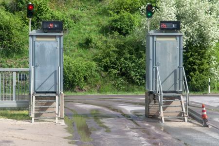 Am Ausgang befinden sich eine Anzeige mit dem Ladezustand und ein weiteres Terminal für den Ausdruck eines Lieferscheines