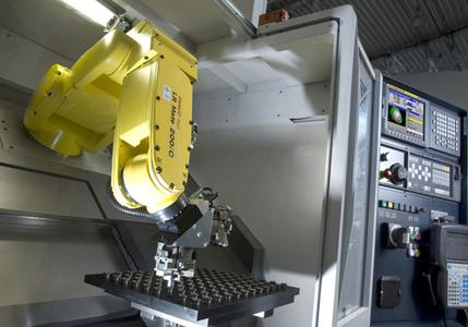 Einfache Kommunikation zwischen Robotersteuerung und CNC – bei Fanuc von Haus aus gegeben – nimmt Werkzeugmaschinen-Anwendern die Angste vor dem Robotereinsatz. Bild: Fanuc Robotics