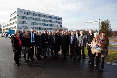 """Das Straßenschild """"Manfred-Fuchs-Straße"""" wurde durch den Bürgermeister der Gemeinde Weßling, Michael Muther (4. von rechts) enthüllt. Rechts von ihm steht Marco Fuchs, der Vorstandsvorsitzende der OHB SE"""