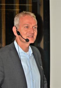 """Prof. Ulrich Grimminger: """"1,32 Milliarden Euro wurden in Deutschland letztes Jahr für Brandschutzmaßnahmen ausgegeben. Die Frage, ob das wirtschaftlich ist, stellt sich nicht. Denn jeder der 343 Brandtoten ist einer zu viel. Es kommt allerdings darauf an, das Brandschadensrisiko realistisch einzuschätzen und geeignete Schutzmaßnahmen zu ergreifen, die auf jedes Gebäude spezifisch abzustimmen sind"""", erklärte Prof. Ulrich Grimminger in Ebersburg. Foto: Achim Zielke für den DHV, Ostfildern; www.d-h-v.de"""