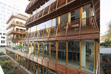 Die beiden parallel hintereinander stehenden Gebäude sind baugleich und über einen Verbindungsbau miteinander verbunden