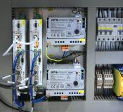 Servoverstärker im Schaltschrank steuern die hochpräzise Bewegung der Bauplattform