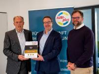 Recruiting Award, v. links: Heiko Köstring (Geschäftsführender Gesellschafter aubi-plus), R. Matthias Olten (Leitung Auditierung/Zertifizierung Jobware), Niels Köstring (Geschäftsführender Gesellschafter aubi-plus)