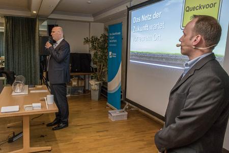 Projektleiter Deutsche Glasfaser Mirko Tansjek (rechts) und der Reeser Bürgermeister Christoph Gerwers. Foto: Deutsche Glasfaser.