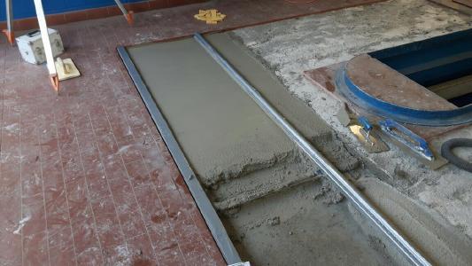 Für die Scheinwerfer-Prüfplätze wurde Rapid Set Mortar Mix mit Wasser angerührt, bis die Masse pastös-fließend war. Die Höhe der Betonschicht beträgt drei bis acht Zentimeter, Bild: KORODUR, Amberg