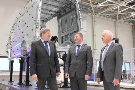 Werner Steinert (Mitte), Leiter Messtechnik im VW-Werk Września, freut sich mit Andreas Witte, Geschäftsführer des gleichnamigen Unternehmens, und Jürgen Barth, Witte-Vertriebsdirektor, über die erfolgreiche Zusammenarbeit