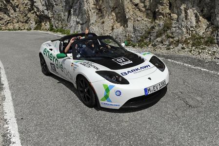 Das Team Energiebau im Tesla Roadster Sport auf dem Weg zum Sieg. (Bild: © Rebel Media)