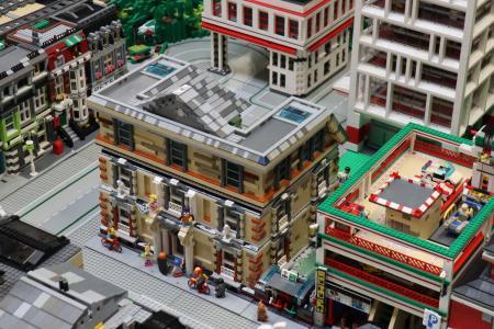 Die Bart- und Lisa-Gesamtschule ist rechtzeitig zur Modell Leben in Erfurt fertig geworden und Teil der 30 qm großen Lego-Stadt von Tibor Hoffmann