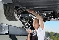 Defekte Stoßdämpfer und Federn sollte der Mechaniker auswechseln und neue KYB Gasdruck-Stoßdämpfer Excel-G und neue KYB Federn K-Flex einbauen (Foto: KYB)