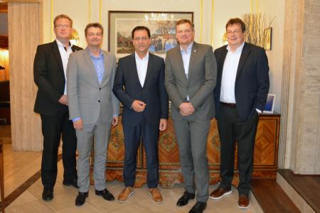 Freuten sich nach der Vertragsunterzeichnung über die zukünftige Zusammenarbeit: Fabian Hoppe, Michael Matthesius, Achim Schreck, Jörg Timmermann und Jochen Rafalzik (v.l.n.r.)