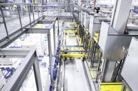 Durch den Einsatz von Scherenhubtischen können die zur Kommissionierung ausgelagerten Paletten auf Knopfdruck angehoben oder abgesenkt und so in eine ergonomisch korrekte Höhe gebracht werden