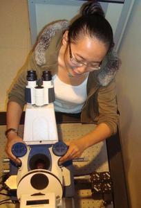 Post Doc Studentin Xinyue Chen arbeitet mit dem JPK NanoWizard® AFM System in der Gruppe von Dr. Ralf Richter in San Sebastian