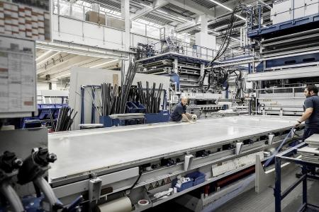 Die Aluminium-Beschicktabletts von Busse ermöglichen die Herstellung von Reisemobilwänden in einer hohen Qualität. (Quelle: HYMER)