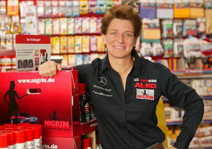 Erfolgreiche Lackpflege: Rennsportlegende Ellen Lohr und NIGRIN geben wertvolle Tipps.