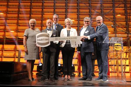 Delighted with a great opening ceremony: Margrit Harting, Achim Meyer, Managing Director HARTING Logistics, Philip Harting, Maresa Harting-Hertz, architect Peter Seipp (3Deluxe) and Dietmar Harting at the handing over of the key