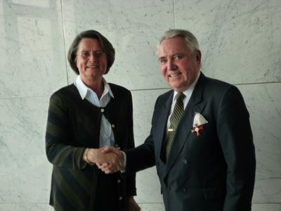 Frau Christa Thoben, Ministerin für Wirtschaft, Mittelstand und Energie des Landes Nordrhein-Westfalen, bei der Übergabe des Ordens an Hartmut Röhl