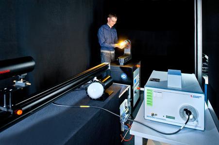 Am Doppel-Monochromator werden goniometrische Messungen durchgeführt, um die Lichtstreuung zu überprüfen, aber auch Messungen zur photobiologischen Sicherheit