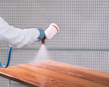 PUR ASL-226/05-Antiscratch-Lack kann mit der Härterkomponente PUR H-280 mittels gängiger Spritzverfahren verarbeitet werden / Bild: Remmers, Löningen