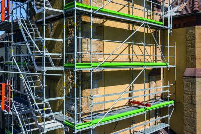 Bild 5 Das Gerüst der Ostseite lagert auf einem auskragend montierten und im Innern gekoppelten VARIOKIT Systemstahlriegel, der durch Fensteröffnungen im Kirchturm geführt wurde. (Foto: PERI Deutschland)