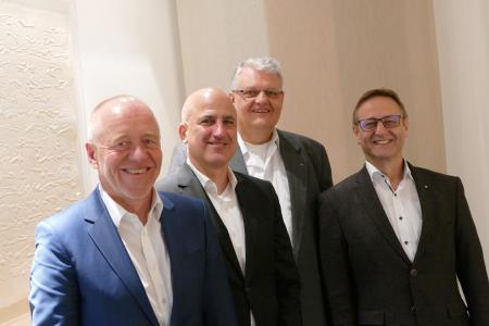 von links nach rechts: Thomas Bauer, Heiner Matthias Honold, Norbert Rödel, Wilfried Hesselmann nach Unterschrift des Kaufvertrages