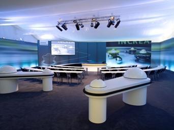 (Foto: © hl-studios, Erlangen)  Flipperarme als Tische, eine Rampe als Bühnenaufgang: Die Teilnehmer wurden in das Innere eines Flipperautomaten versetzt