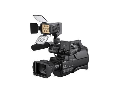Der Sony HXR-MC2000E mit der HVL-LBPB LED Kameraleuchte