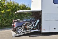 Bis heute ist die Reisemobilmanufaktur aus Bohmte der einzige Anbieter eines automatischen PKW Einzuges mit daneben angeordnetem BikeSlide samt integrierter Ladestation