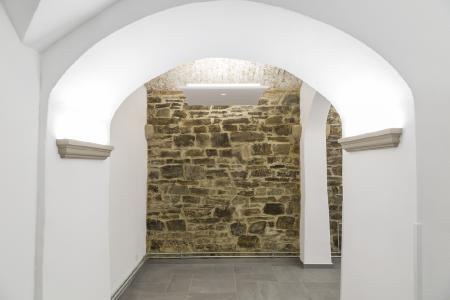 An einzelnen trockenen Wandbereichen wurde das schöne Bruchsteinmauerwerk aus Grauwacke als Schmuckwand belassen, Fotos: Willi Fuchs Fotografie