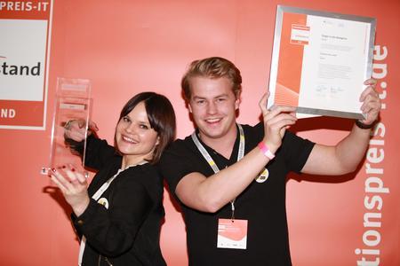 Glückliche Sieger in der Kategorie Apps: Mareike Bruns und Fabian Mellin (Intelligent Apps GmbH) © Oliver Wolf