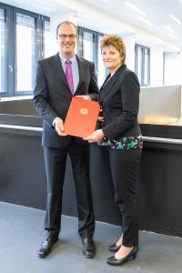Prof. Dr. Markus Louis zusammen Kanzlerin Christiane Claus bei der Übergabe der Ernennungsurkunde