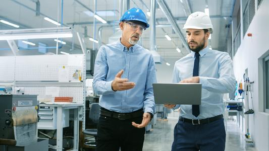 Der Readiness Check Smart Factory von MPDV zeigt Unternehmen, wo sie auf dem Weg zur Smart Factory stehen, welche Voraussetzungen sie bereits erfüllen und wo es Optimierungspotenzial gibt. (Bildquelle: Adobe Stock, Gorodenkoff)
