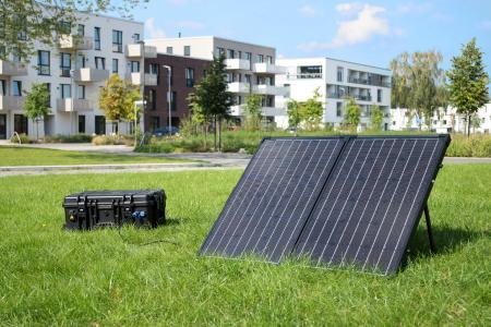 Die volle Power der Sonne aus dem robusten Koffer: Das mobile Kraftwerk SBOX PRO lässt sich mit Strom aus der Steckdose oder auch aus erneuerbaren Energien – wie hier mit dem SOLAR PRO Solarpaneel – einfach und nachhaltig laden / Foto: TRONOS GmbH