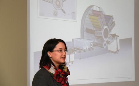 Sandra Ulsamer, Gebietsverkaufsleiterin bei KBA-MePrint, erläutert genau die technischen Aspekte der Genius 52UV und erklärt eindeutig die damit verbundenen Wettbewerbsvorteile