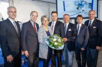Die Geschäftsführer der Knorr-Bremse GmbH und der Dr. techn. Josef Zelisko GmbH freuten sich über die Anerkennung und Glückwünsche bei der Eröffnung des Tages der offenen Tür (v.l.): DI Herwig Hinterreiter (Werksleiter Knorr-Bremse), KommR Veit Schmid-Schmidsfelden (Obmann der metalltechnischen Industrie), Landesrätin Dr. Petra Bohuslav, Dkfm. Jörg Branschädel (GF Knorr-Bremse und Zelisko), Bürgermeister Hans Stefan Hintner, DI Manfred Reisner (GF Knorr-Bremse und Zelisko), Bezirkshauptmann Dr. Philipp Enzinger.| © Christian Husar
