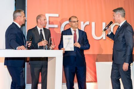 """Dr. Jürgen Gierl (2. von links), Projektleiter Sensotect®, und Dr. Yashar Musayev (3. von links), Leiter Kompetenzzentrum Oberflächentechnik bei Schaeffler, nahmen den """"Materialica Design + Technology Best of Award 2016"""" in der Kategorie """"Surface & Technology"""" entgegen / Jan Stecker, TV-Journalist und Moderator (links), und Robert Metzger, Geschäftsführer MunichExpo (rechts), gratulierten / Quelle: MunichExpo / Kroha Fotografie"""